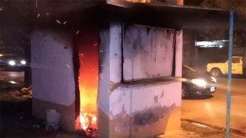 Incendiaron un kiosco de revistas: Hallaron al autor escondido en un baldío