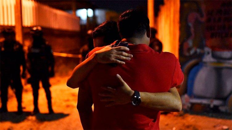 Un grupo comando entró a los balazos a una fiesta: hay 13 muertos