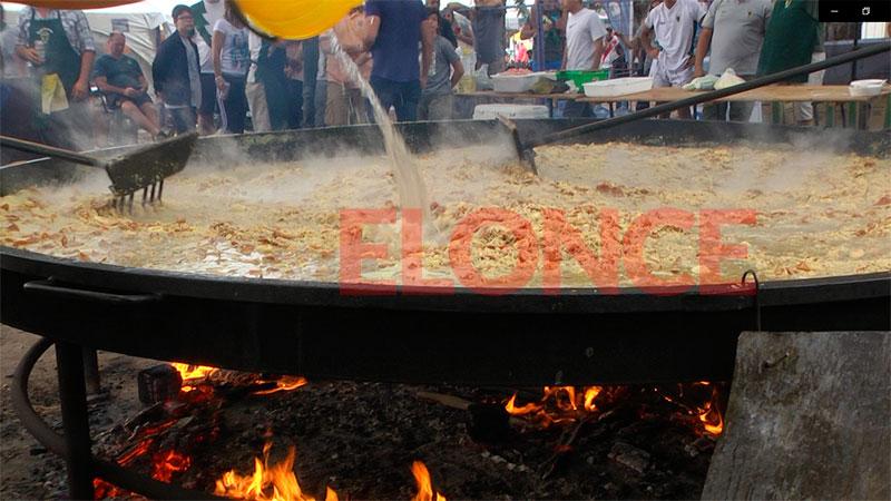 Un clásico de Semana Santa: elaboraron una gran paella en la costanera