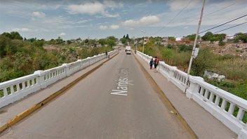 Un sujeto fue atacado a balazos cuando caminaba por un puente