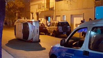 Conductor ebrio chocó dos autos estacionados y volcó: Se trata de un ex piloto