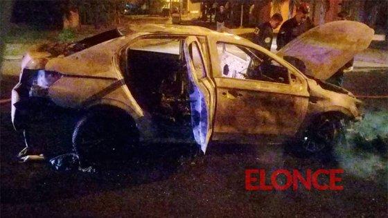 La policía investiga el incendio de un auto que sería robado