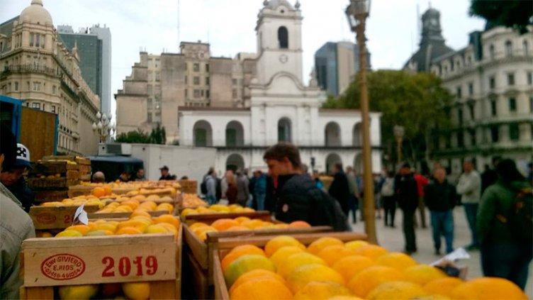 Productores entrerrianos regalan 15.000 kilos de cítricos en la Plaza de Mayo
