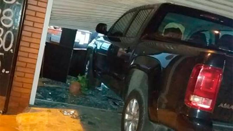 Estrelló su camioneta contra el comercio de su expareja y se encerró en el baño