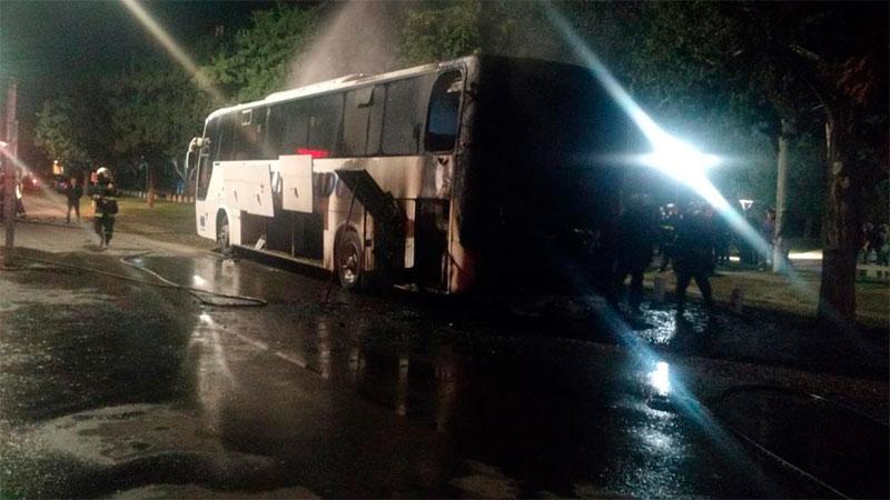 Video: un colectivo comenzó a incendiarse mientras iba circulando