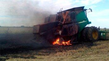 Las llamas consumieron casi por completo una cosechadora