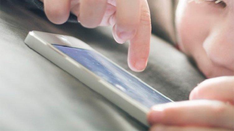 Recomendación de la OMS: Hasta los 2 años, nada de celulares, tablets ni TV