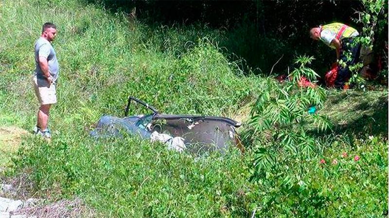 Mujer vuelca y queda atrapada durante ¡cinco días! en su carro