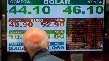 El dólar vuelve a subir y supera los 46 pesos