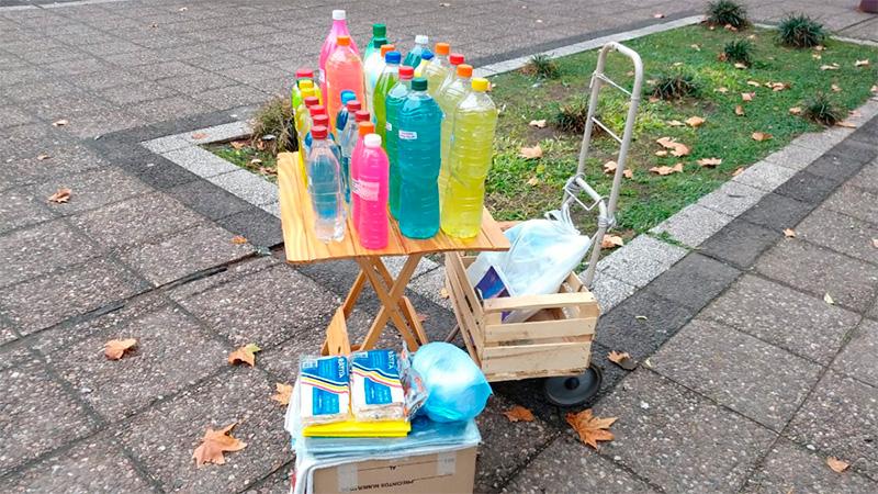 Un jubilado de 80 años vende productos de limpieza en la plaza