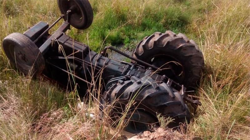 Resultado de imagen para Trabajador murió tras quedar atrapado bajo tractor que volcó en una alcantarilla nota