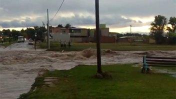 Video: Intensa lluvia provocó desborde de arroyo e inconvenientes en Valle María