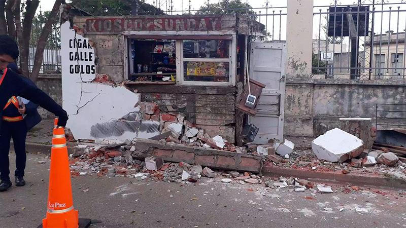 Se desprendió un acoplado y destruyó el kiosco frente a una escuela.