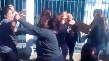 Video: Madres se pelearon a trompadas en la puerta de la escuela de sus hijas
