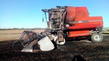 Una cosechadora fue consumida por las llamas a causa de un desperfecto mecánico