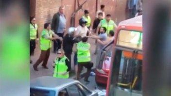 Video: Inspectores de tránsito y conductores a las trompadas por una multa