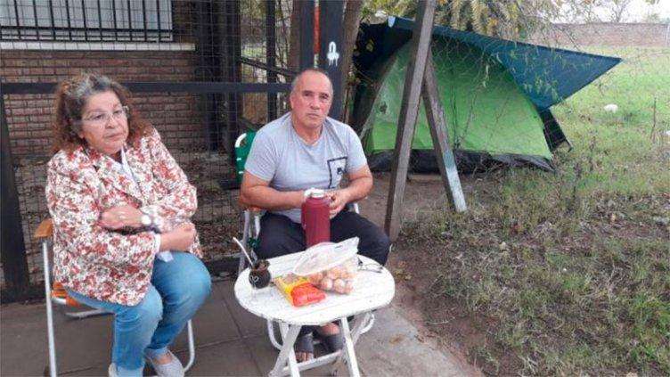 Acampa frente al hospital donde su mujer está internada: No tiene dónde quedarse