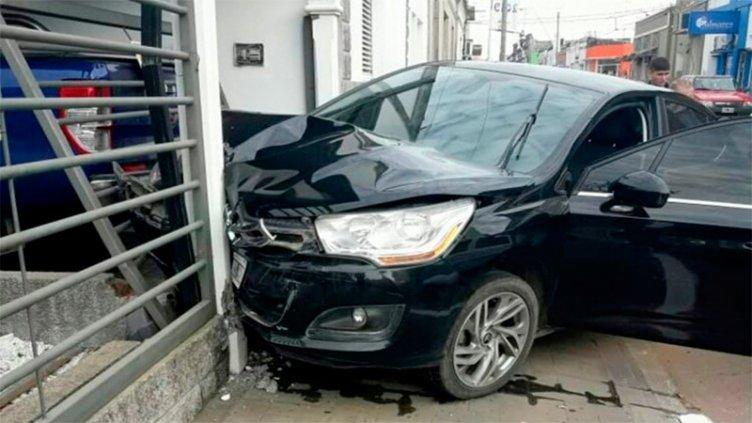 Perdió el control del auto, chocó cuatro vehículos y terminó contra una vivienda