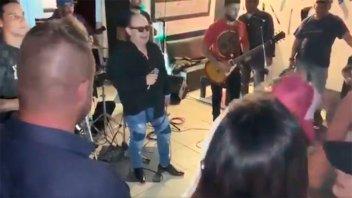 Video: El momento en que se descompensa el cantante de Los del Fuego