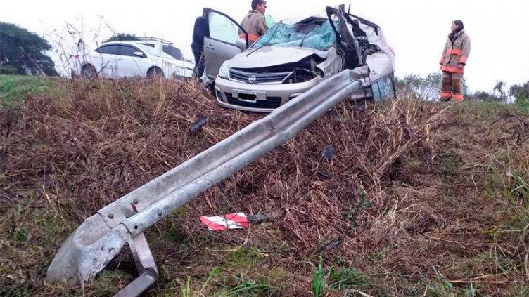 Auto incrustado contra guardarrail: El conductor tiene graves heridas en piernas