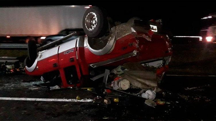 Una Ford Ranger volcó y fue chocada por otra camioneta: Fotos