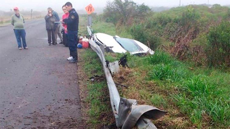Familia despistó con su auto en la Ruta 18 y terminó en una alcantarilla