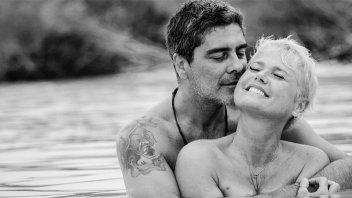 Xuxa y su pareja, desnudos en la cama