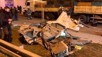 Cuatro jóvenes murieron al chocar con un camión cuando los perseguía la Policía