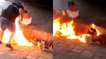 Incendiaron a dos personas en situación de calle: Autores filmaron el ataque