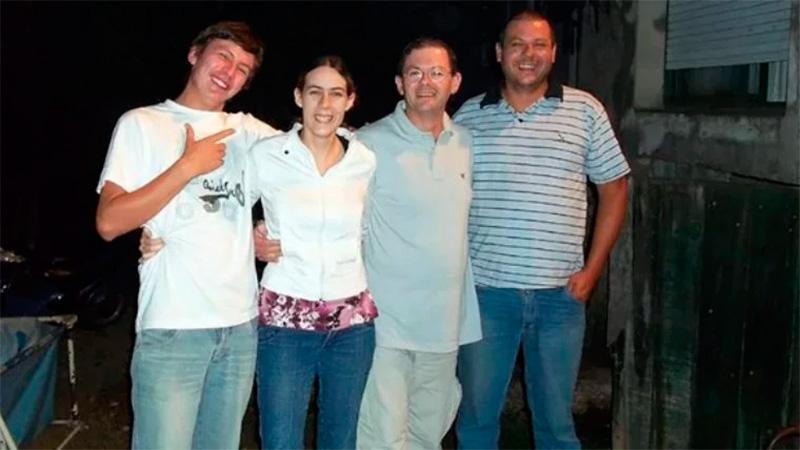 Los 4 hermanos Mondragón. Romina al lado de Julián (de lentes), su hermano mayor