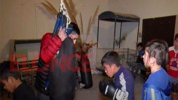 Reconocimiento a un joven por su dedicación a la enseñanza gratuita del boxeo