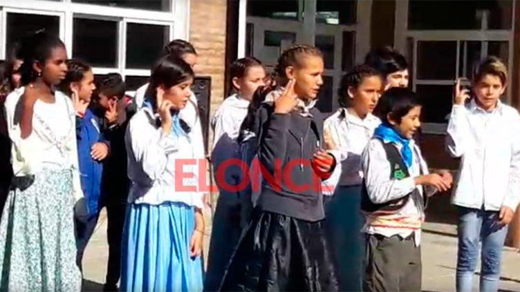 Video: El Himno Nacional en Lengua de Señas durante acto por el 25 de Mayo