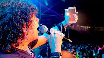 Video: La Mona Jiménez paró su show para que le devolvieran el celular a un fan
