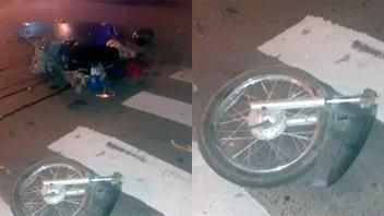 Impresionante choque entre una moto y un remis: Hospitalizaron a un joven