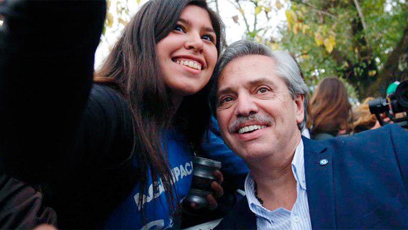 Alberto Fernández con una seguidora