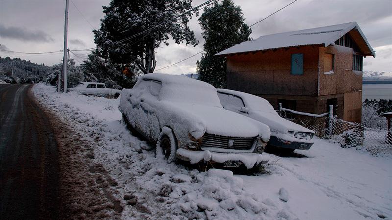 La ciudad de Bariloche cubierta de nieve.