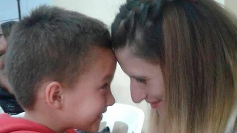 Yamila Ramírez con su pequeño hijo.