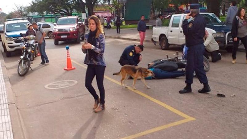 Motociclista evadió un control y atropelló a policía frente a la Departamental.