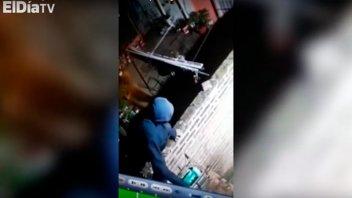 Video: Difunden imágenes del momento en que ladrón ingresa a robar a una casa