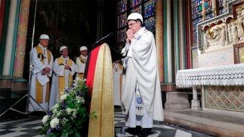 Sacerdotes con cascos: Así fue la primera misa en Notre Dame tras el incendio