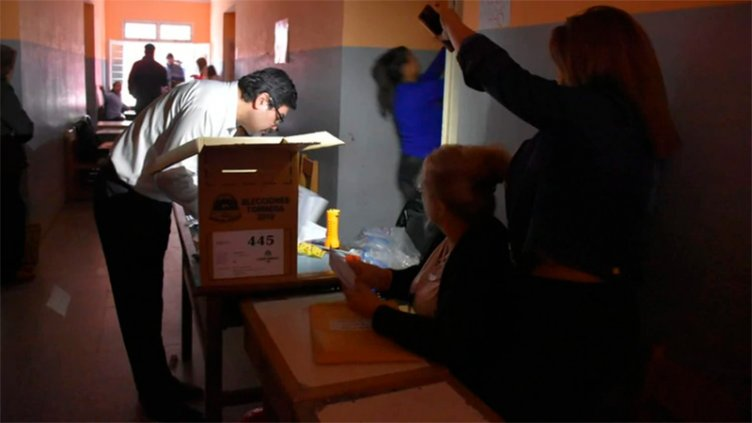 Tras el apagón, cómo se desarrollan los comicios en las provincias donde se vota