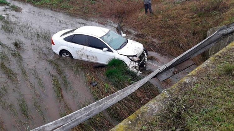 Intendente despistó en la rotonda de Ruta 12 y el auto cayó a una alcantarilla