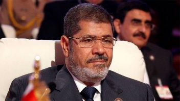 Murió el ex presidente egipcio Mohamed Mursi, tras desplomarse en pleno juicio