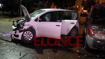Fuerte encontronazo entre dos autos bajo la lluvia: Hubo un conductor herido