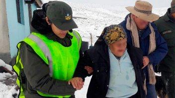 Gendarmería rescató a pareja de abuelos que estaba aislada: Fotos y video