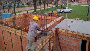 Avanza la construcción de los baños en una plaza de Villa Elisa