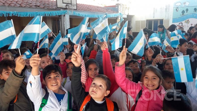 De celeste y blanco: Alumnos de escuelas de Paraná celebran el Día de la Bandera
