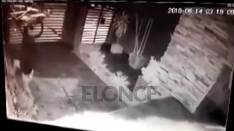 Video: Ingresa a una casa en Paraná y se roba una bicicleta en 50 segundos