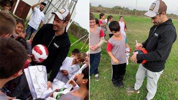 Un ídolo de River visitó una escuela entrerriana, entregó libros y pelotas