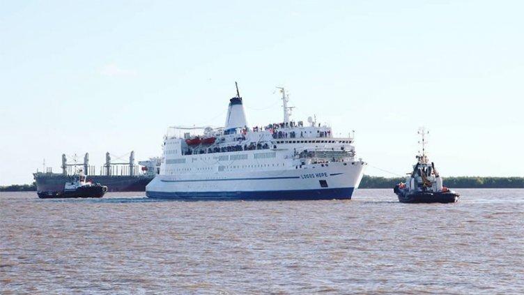La biblioteca flotante más grande del mundo chocó con un buque en el río Paraná